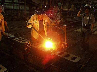 Ladling molten steel into molds
